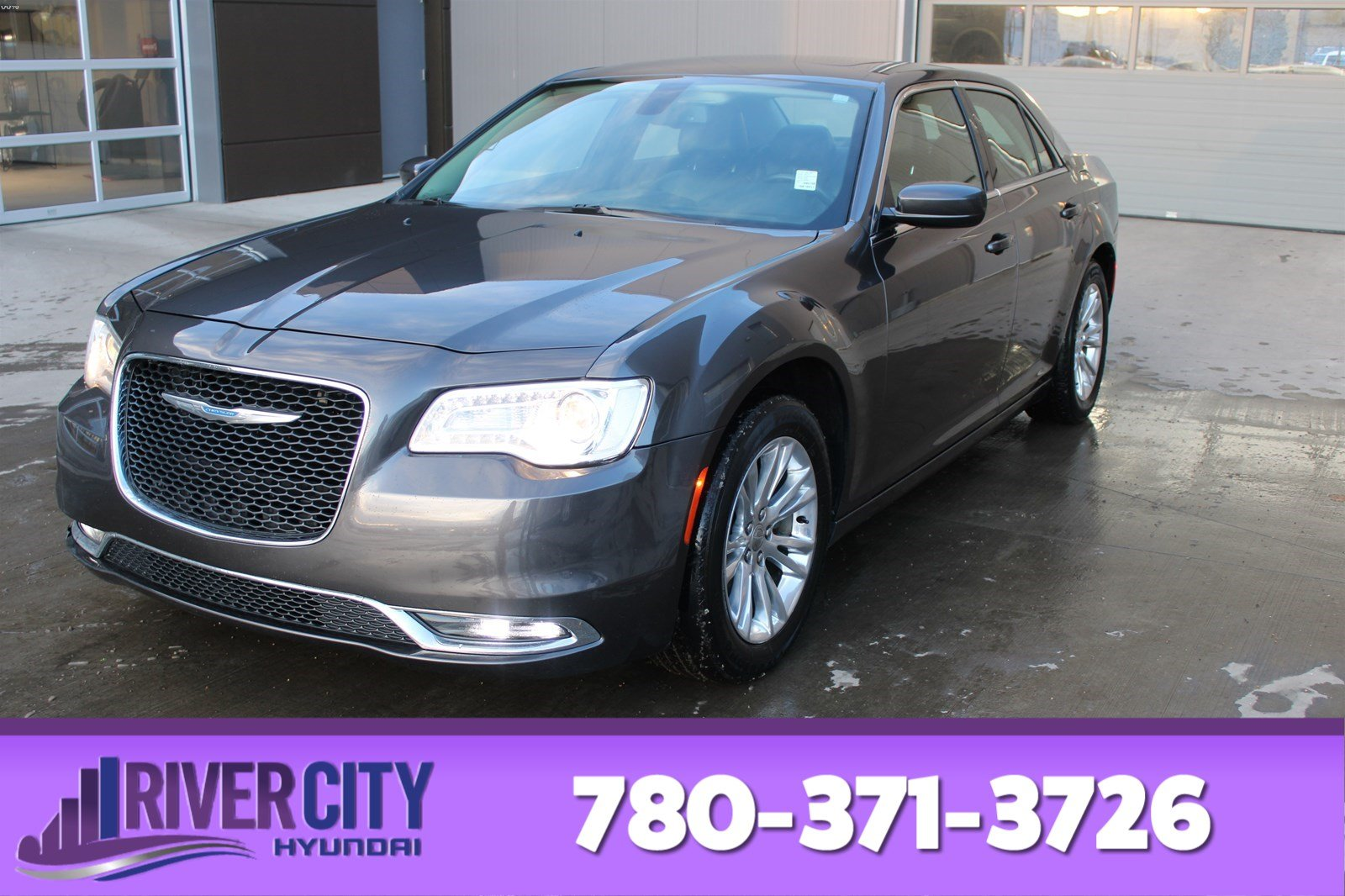 Pre-Owned 2017 Chrysler 300 TOURING Accident Free, Heated Seats, Sunroof, Panoramic Roof, Back-up Cam, A/C,